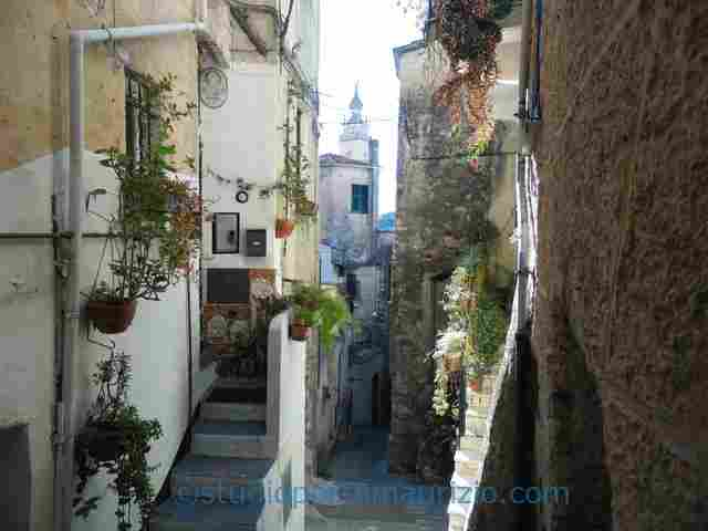 Imperia – Porto Maurizio. 2,5 km vom Meer
